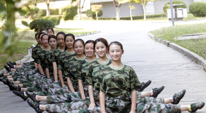艺术生是怎样军训的 舞蹈系女生军训秀一字马